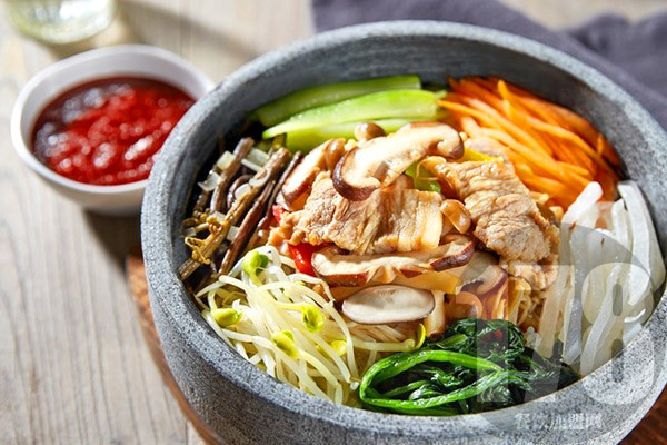 食趣石代石锅饭值得加盟吗?多种扶持助你开启成功大门